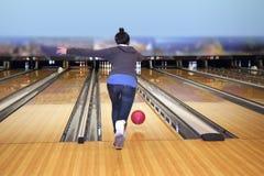 Ung flicka som spelar bowling Arkivbilder