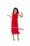 Ung flicka som spelar med hulabeslaget som över isoleras Arkivfoton