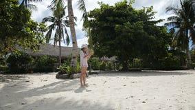 Ung flicka som spelar med kokosnöten arkivfilmer
