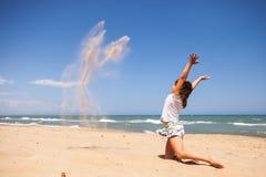 Ung flicka som spelar med sand royaltyfri foto