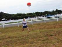Ung flicka som spelar med strandbollen royaltyfri fotografi