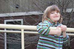 Ung flicka som spelar på lekplatsen Royaltyfri Foto