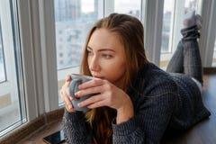 Ung flicka som studerar och dricker kaffe Royaltyfria Foton