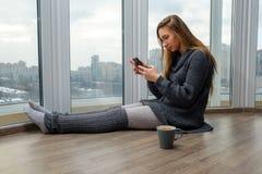 Ung flicka som studerar och dricker kaffe Arkivfoton
