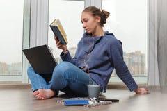 Ung flicka som studerar och dricker kaffe Arkivfoto