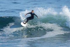 Ung flicka som surfar en våg i Kalifornien royaltyfria foton