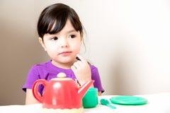 Ung flicka som tänker över te Arkivfoton