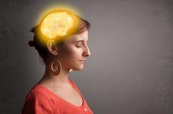 Ung flicka som tänker med den glödande hjärnillustrationen arkivfoto