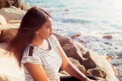 Ung flicka som tänker vid havet Arkivfoton