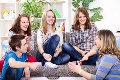 Ung flicka som talar med henne vänner Royaltyfri Bild
