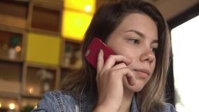 Ung flicka som talar på en mobiltelefon lager videofilmer