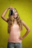 Ung flicka som tar fotoet med den retro kameran Arkivbilder