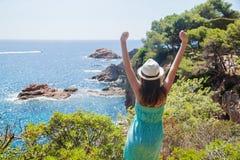 Ung flicka som tycker om sikten av den Costa Brava kusten Royaltyfria Foton