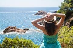 Ung flicka som tycker om sikten av den Costa Brava kusten Fotografering för Bildbyråer