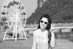 Ung flicka som tycker om sommarsolen Royaltyfri Bild