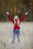 Ung flicka som uppåt ser Arkivbild