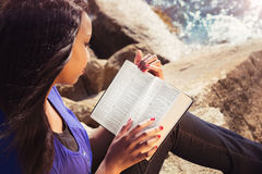 Ung flicka som utomhus studerar hennes bibel Arkivbilder