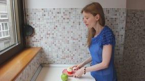 Ung flicka som väljer mer sund matalternativ lager videofilmer