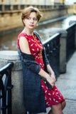 Ung flicka som väntar på bron Arkivbilder