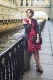 Ung flicka som väntar på bron Royaltyfri Bild