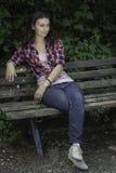 Ung flicka som wainting på bänk Royaltyfria Bilder