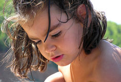 Ung flicka utomhus royaltyfria foton