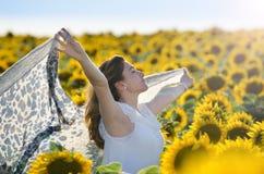 Ung flicka utomhus i sommarsolrosfält Royaltyfri Fotografi