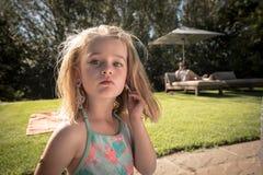 Ung flicka utomhus med örhängen royaltyfri bild
