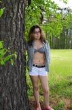 Ung flicka vid den öppna trädskjortan Arkivfoton