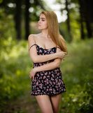 Ung flickaanseende i skogen royaltyfria foton