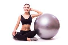 Ung flickadanandeövning med pilatesbollen Arkivbild