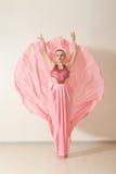 Ung flickadans i härlig rosa färgklänning Royaltyfria Bilder