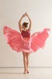 Ung flickadans i härlig rosa färgklänning Royaltyfri Fotografi