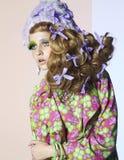 Ung flickadans med framkallande hår i ljus makeup Royaltyfri Foto