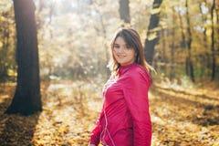 Ung flickadrev i morgonhösten parkerar tät stående upp Arkivbilder