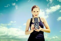 Ung flickafotograf på en solig strand royaltyfri fotografi