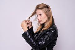 Ung flickafrisör konstnärlig vektor för illustration för cuttinghårhairdress Ljus bakgrund fotografering för bildbyråer