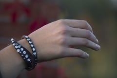 Ung flickahand med smycken royaltyfri fotografi