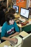Ung flickakonstnären drar ett digitalt skrivar arkivfoton