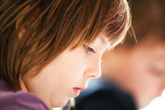 Ung flickaläsning Fotografering för Bildbyråer
