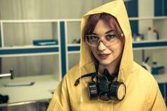 Ung flickalaboratoriumtekniker i personlig skyddsutrustning royaltyfria foton