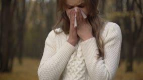 Ung flickalidande från efterhängsen rhinitis och coryza, säsongsbetonad allergi stock video