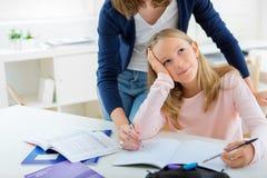 Ung flickamötesvårigheter under läxa Arkivfoton