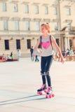Ung flickarulle som åker skridskor i en stad Royaltyfria Bilder
