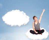 Ung flickasammanträde på molnet och tänkande av abstrakt anförandebubb Royaltyfria Foton