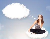 Ung flickasammanträde på molnet och tänkande av abstrakt anförandebubb Arkivfoto