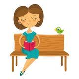 Ung flickasammanträde på en bänk och en läsning en bok som isoleras på wh Royaltyfri Fotografi
