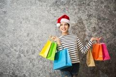 Ung flickashopping på juldag eller xmas-försäljningstid arkivbild