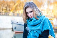 Ung flickastående fotografering för bildbyråer
