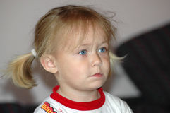 Ung flickastående arkivbild